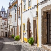 La rue Santa Maria dans le village de Castelo de Vide Portugal Europe Voyage