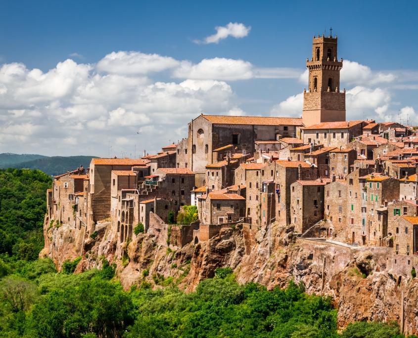Pitigliano, ville construite en bord de falaise Italie Europe Voyage