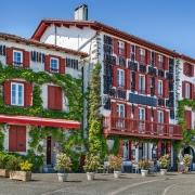 Espelette et ses façades remplies de piments France Europe Voyage