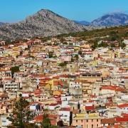Vue des maisons colorées de Dorgali Sardaigne Italie Voyage